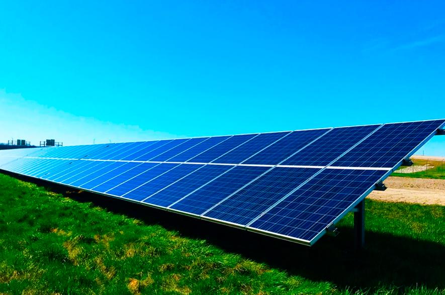 Um módulo solar muito comprido em um pasto